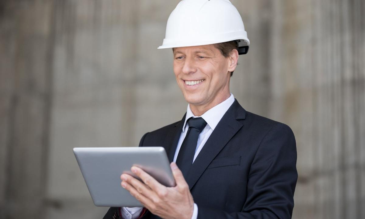 chef de chantier avec une tablette